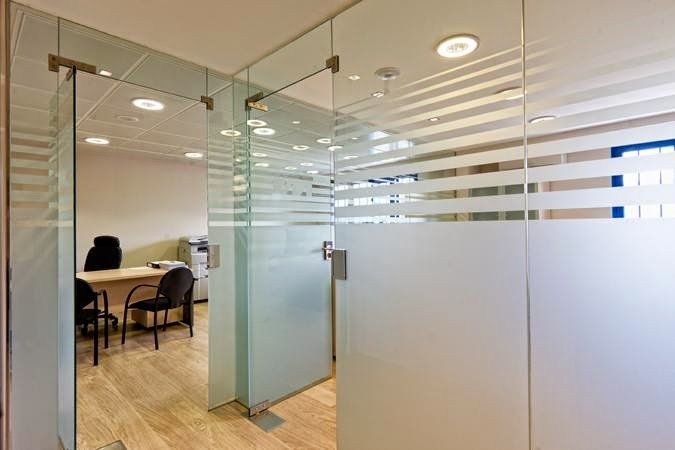 Cerramiento de vidrio oficinas carpinteria de pvc y for Mamparas de vidrio para oficinas